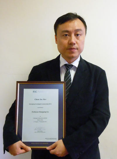 Professor Xiaogang Liu with his Chem Soc Rev Emerging Investigator Lectureship certificate
