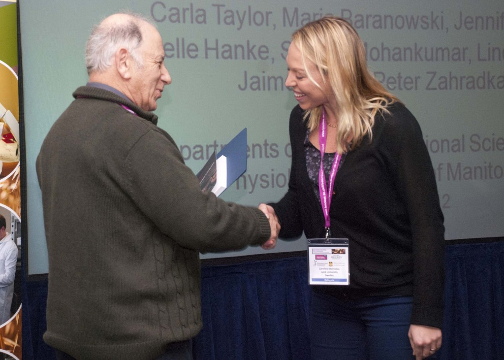 Caroline Montelius receiving her prize from Professor Michael Eskin