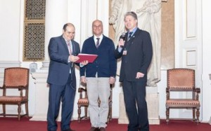 An image showing Professor Martín Resano being awarded the Bunsen-Kirchhoff Preiss