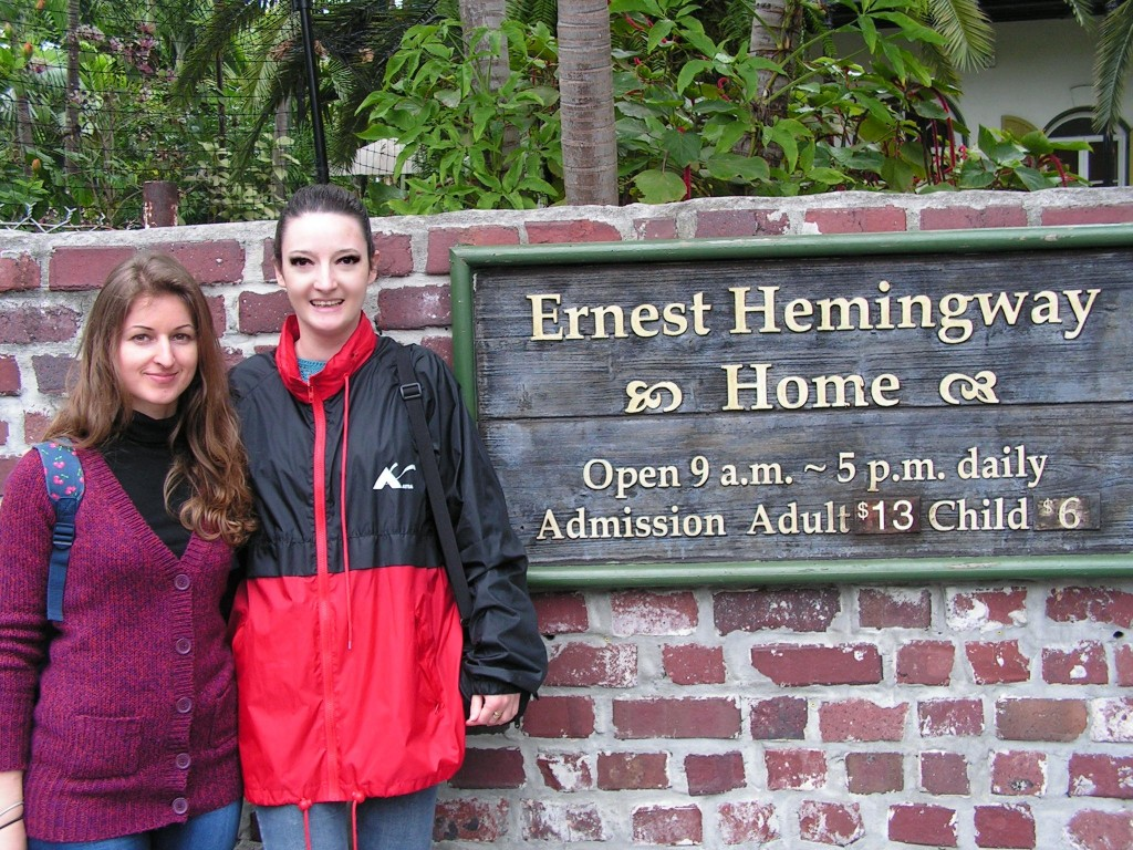 Éva Józsa and Katalin Ősz in front of Ernest Hemingway's house (Key West)