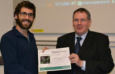 Eric Appel receiving the ChemComm poster prize